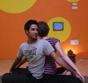 Yoga para casais é uma terapia alternativa para o tratamento de problemas sexuais