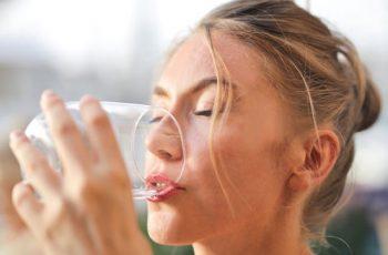 Água alcalina: o que é e os seus benefícios